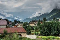 Ansicht über die alte Stadt und die Berge, Mestia, Georgia Stockbilder
