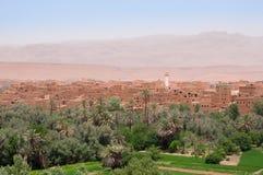 Ansicht über die alte Stadt und die Oase von Tinghir in Marokko Stockbilder