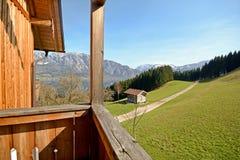 Ansicht über die Berge zum See Attersee - Ferien auf dem Bauernhof, Salzburger-Land - Alpen Österreich stockfotos