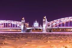 Ansicht über die Brücke Bolsheokhtinsky oder Peter der Großes über Neva River und Smolny-Kathedrale in St Petersburg, Russland lizenzfreies stockfoto