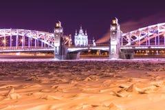 Ansicht über die Brücke Bolsheokhtinsky oder Peter der Großes über Neva River und Smolny-Kathedrale in St Petersburg, Russland stockfotos