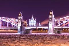 Ansicht über die Brücke Bolsheokhtinsky oder Peter der Großes über Neva River und Smolny-Kathedrale in St Petersburg, Russland lizenzfreies stockbild