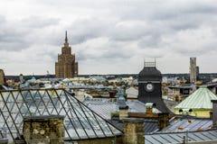 Ansicht über die Dachspitzen der Stadt und das Gebäude des Acade Lizenzfreie Stockfotos