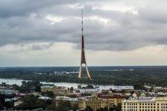 Ansicht über die Dachspitzen der Stadt und Fernsehen ragen in Riga von einem h hoch Stockfotografie