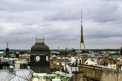 Ansicht über die Dachspitzen der Stadt und Fernsehen ragen in Riga von einem h hoch Lizenzfreies Stockfoto