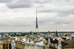 Ansicht über die Dachspitzen der Stadt und Fernsehen ragen in Riga von einem h hoch Stockfotos