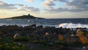 Ansicht über die kleine Insel der Insel von Frauen oder Isola-delle Femmine im Mittelmeer stock video