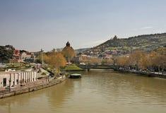 Ansicht über die Metekhi-Kirche, Fluss Kura von der Brücke des Friedens, Tbi Lizenzfreies Stockfoto