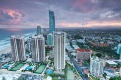 Ansicht über die moderne Stadt an der Dämmerung Stockbild