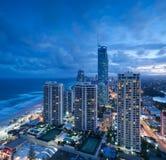 Ansicht über die moderne Stadt an der Dämmerung Stockfotos