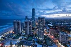 Ansicht über die moderne Stadt an der Dämmerung Lizenzfreie Stockfotos
