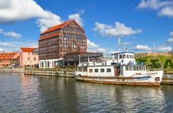 Ansicht über die moderne und alte Hotels und Curonian-Lagune, Stadtzentrum von Klaipeda, Litauen Alte Stadt und Hafen von Klaiped Lizenzfreie Stockbilder