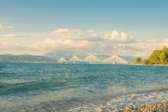 Ansicht über die Rions-Antirionbrücke nahe Patras, Griechenland lizenzfreies stockfoto