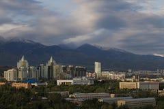 Ansicht über die Stadt von Almaty in Kasachstan stockbilder