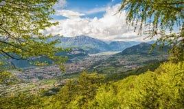 Ansicht über die Stadt von Trento, Italien, vom Marzola-Berg Ist ein grünes Feld voll der Weizenanlagen Lizenzfreie Stockfotos