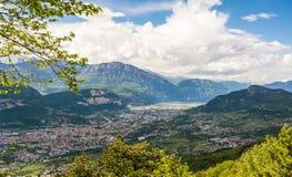 Ansicht über die Stadt von Trento, Italien, vom Marzola-Berg Ist ein grünes Feld voll der Weizenanlagen Lizenzfreies Stockbild