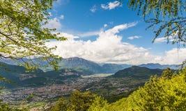 Ansicht über die Stadt von Trento, Italien, vom Marzola-Berg Ist ein grünes Feld voll der Weizenanlagen Lizenzfreies Stockfoto