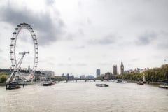 Ansicht über die Themse mit London-Auge und Big Ben Stockbilder