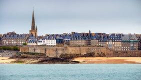 Ansicht über die ummauerte Stadt von Saint Malo von Dinard, Bretagne, F lizenzfreie stockfotografie