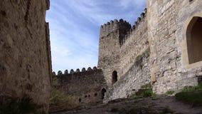 Ansicht über die Wände der Festung mit einem Turm auf einem Hintergrund von schönen Wolken Ananuri, Georgia stock footage