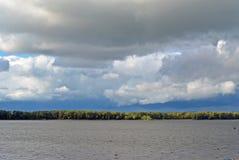 Ansicht über die Wolga vom atcloudy Tag der Samarastadt, blauer Himmel mit Kumuluswolken Lizenzfreies Stockfoto
