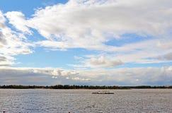 Ansicht über die Wolga vom atcloudy Tag der Samarastadt, blauer Himmel mit Kumuluswolken Stockfotografie