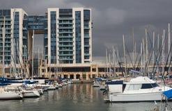 Ansicht über die Yachten festgemacht im Hafen Stockbild