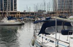Ansicht über die Yachten festgemacht im Hafen Lizenzfreies Stockbild