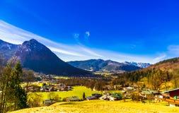 Ansicht über Dorf Schoenau durch Koenigsee in den bayerischen Alpen lizenzfreies stockfoto