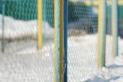 Ansicht über Drahtgeflecht am sonnigen Tag des Winters Stockbilder
