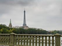 Ansicht über Eiffelturm am regnerischen Tag lizenzfreies stockfoto