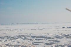 Ansicht über ein gefrorenes Feld lizenzfreie stockfotos