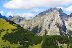 Ansicht über ein grünes Gebirgsgesicht in den karwendel Bergen in den Alpen Lizenzfreies Stockbild