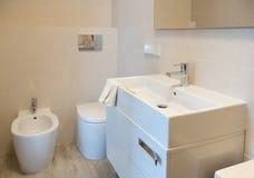 Wunderbar Ansicht über Ein Kleines Modernes Badezimmer Stockbild