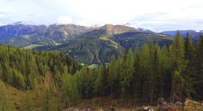 Ansicht über ein Tal in den österreichischen Alpen Stockfotografie