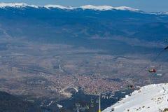Ansicht über ein Tal und eine Stuhldrahtseilbahn Stockfotografie