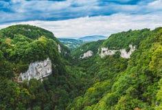 Ansicht über ein Tal von Saleva-Berg Stockbild