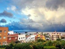 Ansicht ?ber ein Teil von Puerto de la Cruz auf dem Gl?ttungshimmel und dem Atlantik lizenzfreie stockbilder