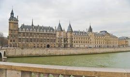 Ansicht über eine Brücke in Paris Lizenzfreie Stockbilder
