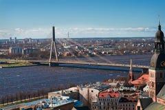 Ansicht über eine Brücke in Riga lizenzfreie stockfotos