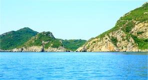 Ansicht über eine Bucht- und Gebirgskette auf der Insel Korfu im mediterrannean Meer Lizenzfreie Stockbilder