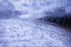 Ansicht über eine kalte Winterlandschaft außerhalb des Fensters Lizenzfreie Stockfotos
