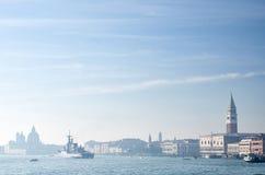 Ansicht über eine Stadt von Venedig mit einem Schiff Lizenzfreies Stockfoto