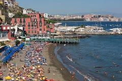 Ansicht über einen der schönen Strände mit den Häusern, welche die Küstenlinie - Neapel berühren stockbild