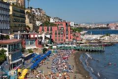 Ansicht über einen der schönen Strände mit den Häusern, welche die Küstenlinie - Neapel berühren lizenzfreies stockbild
