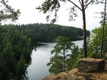 Ansicht über einen schönen See von der Klippe stockfotos