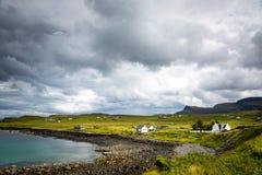 Ansicht über einen Stein- Strand in Nord-Schottland stockbild