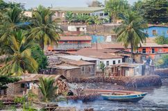 Ansicht über Elendsviertel von Freetown in dem Meer, in dem die armen Einwohner dieser afrikanischen Hauptstadt leben, Sierra Leo Lizenzfreie Stockfotos