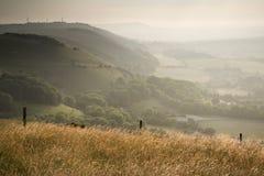 Ansicht über englische Landschaftslandschaft während des Spätsommervorabends Stockbilder