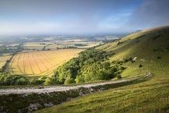 Ansicht über englische Landschaftslandschaft während des Spätsommervorabends Stockfotos